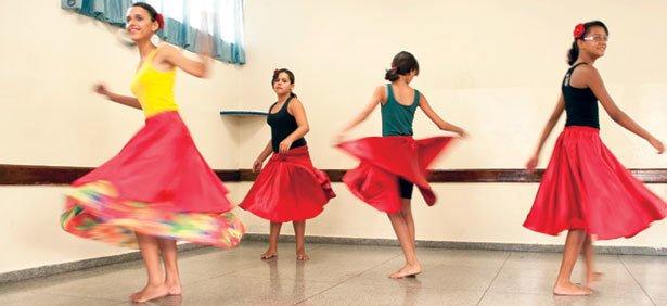 IMAGENS QUE VIRAM MOVIMENTO Primeiro, foram selecionadas imagens que inspiravam movimentos. Em seguida, os estudantes montaram uma sequência. Assim, as meninas surdas do CE Colemar Natal e Silva, em Goiânia, acompanharam as aulas de dança.