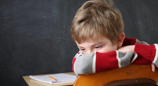 Na rede pública, um professor concursado fica na sala de aula mesmo se as crainças estão tendo muitos prejuízos de aprendizagem e até mesmo correndo riscos de se machucar (Foto: Shutterstock)