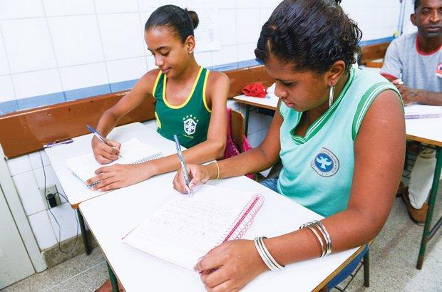 Em duplas, os alunos discutiram a separação das palavras para chegar a um acordo. Valter Pontes
