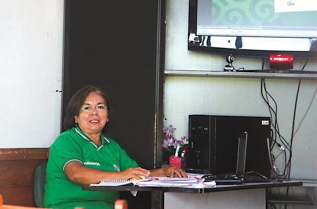 Vera é professora presencial da turma que assiste às aulas pela internet, na comunidade do Tumbira. Ela acompanha a realização das atividades e garante que aconteçam mesmo quando há problemas de conexão, já que tem os arquivos gravados. Manuela Novais