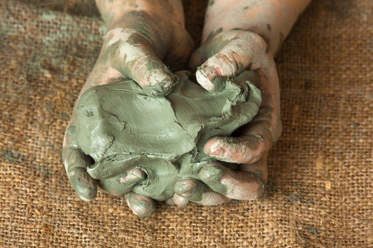 Criança brincando com argila