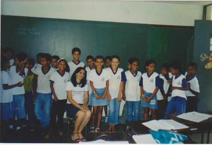 A professora Nerildes Moreira de Oliveira e sua turma do 5º ano