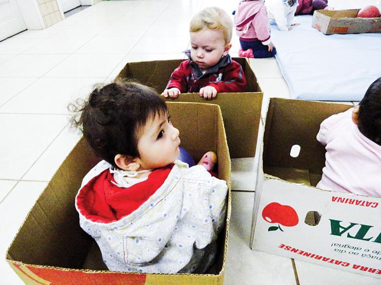 Crianças de 0 a 3 anos exploram o uso de caixas na Creche