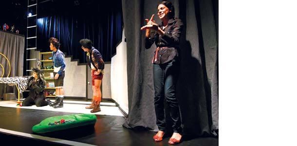 Luzes realçam a intérprete de libras, à direita do palco. Foto: Fernando Frazão