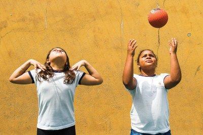 No handebol, a meninada desenvolve habilidades de salto, drible e arremesso. Foto: Joyce Cury