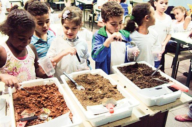 Três tipos de solo, sem identificação, foram apresentados para as criaças analisarem. Arquivo pessoal/Gislaine Munhoz e Juliana Pereira Cotrim Lombardi