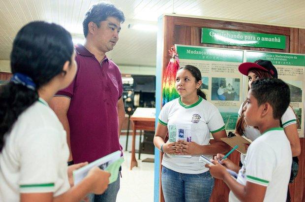 O flho de imigrantes japoneses Mauro Jun Matsuzaki foi entrevistado pela turma. Rafael Araújo