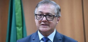 O ministro da Educação Ricardo Vélez Rodríguez conversa com jornalistas no MEC