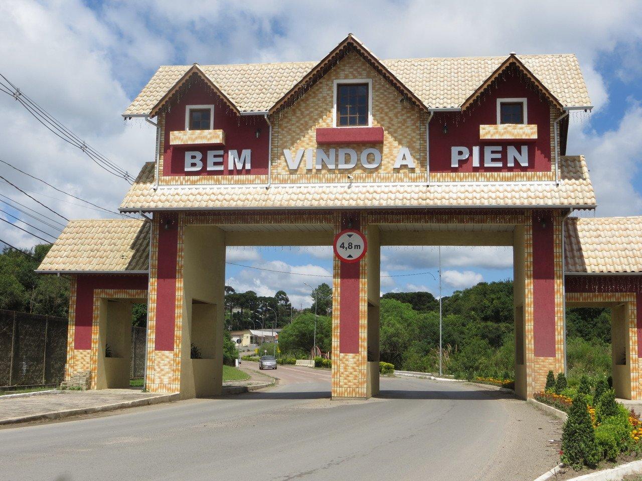 Portal de entrada na cidade de Piên, no Paraná