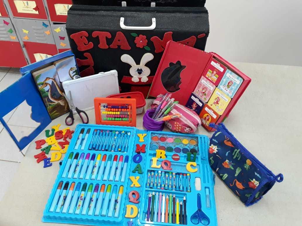 Maleta artesanal com brinquedos, lápis, canetinhas, estojos, letras de plástico, tudo muito colorido e reunido por ideia da professora Marcia Regina Escame Gimilani, de Assis (SP)
