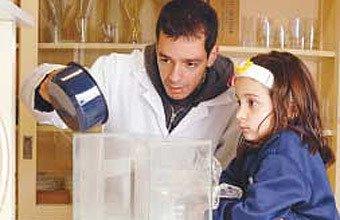 No laboratório: Adriano usa um aquário para explicar como se forma a chuva. Foto: Bob Paulino