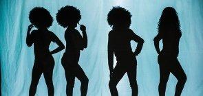Em um fundo azul, vê-se a sombra de quatro mulheres