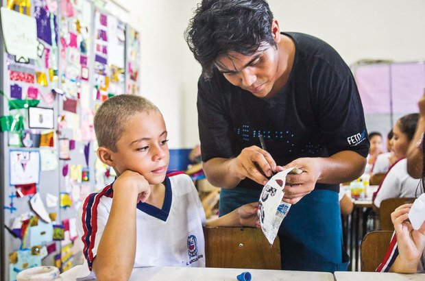 O professor fez os furos nos adereços criados pelos alunos com jornal e molde de bexiga. Jarbas Oliveira