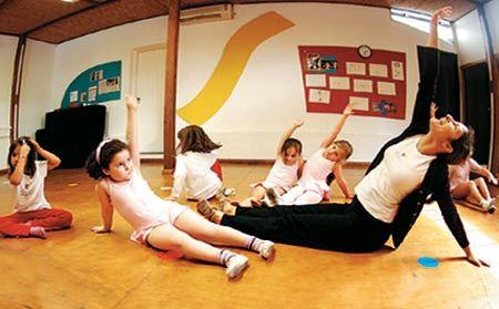Carmen orienta as pequenas bailarinas: movimentos inspirados em brincadeiras. Foto: Alexandre Battibugli