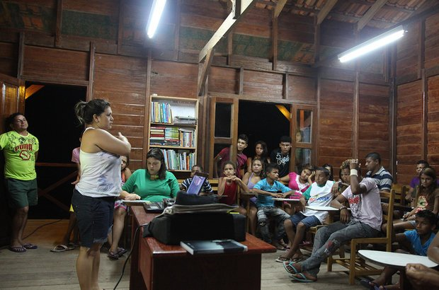 A equipe de NOVA ESCOLA chegou no final da tarde à comunidade e foi logo conhecer a EM Victor Civita. À noite, é comum os alunos participarem de atividades extras. Nesse dia, Venina Savedra, supervisora pedagógica da Fundação Amazonas Sustentável (FAS), apresentou o projeto Intercâmbio de Saberes.
