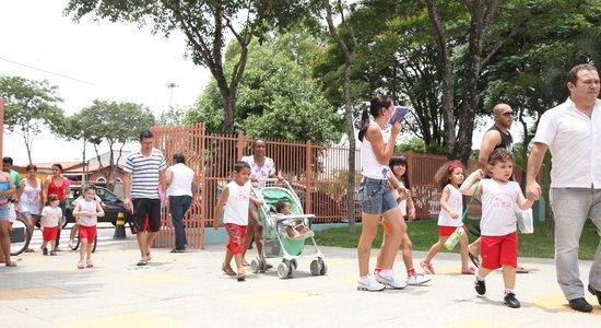 Crianças chegam à EMEF Maria Alice Pasquarelli