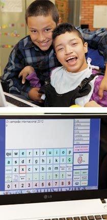 Rafael, seu amigo Pablo e o teclado virtual que colabora com sua comunicação. Fotos: Danny Yin