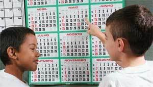 O ANO INTEIRO - As crianças consultam o calendário para saber o aniversário dos colegas e compromissos do grupo. Foto: Rogério Albuquerque
