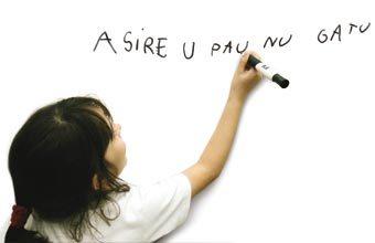 MÃO NA MASSA As crianças precisam ser confrontadas com situações de escrita desde o início do processo. Foto: Ricardo Beliel