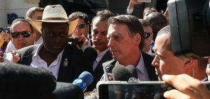 O presidente Jair Bolsonaro conversa com jornalistas diante do hotel em Dallas, no Texas, onde recebe homenagem da Câmara de Comércio Brasil-EUA