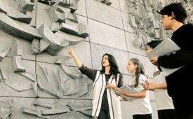 Fabiana Maffessoni e sua turma estudam mural de Poty, em Curitiba: trabalho interdisciplinar em Arte. Foto: Massao Gotto Filho