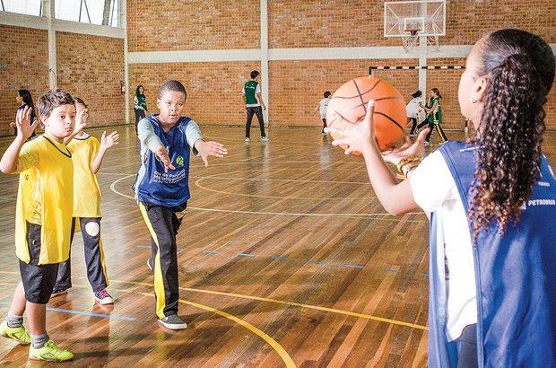 Com os alunos em times pequenos, o contato de cada um com a bola era maior. Anderson Astor