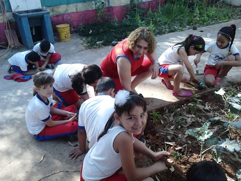 A professora Márcia Cristina Zoratini com seus alunos