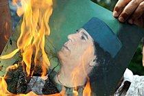 Foto de Muamar Kadafi é queimada por rebeldes. Foto: Veja