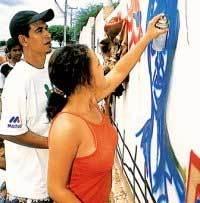 O muro da Escola Municipal Navarro de Brito, em Macururé, e os estudantes em ação (a cima): grafite com motivos sertanejos no coração do semi-árido