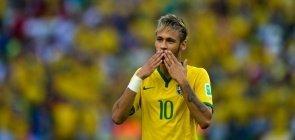 Neymar Jr manda beijo para torcida do Brasil na Copa do Mundo em 2014