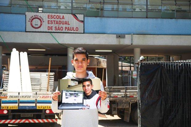 Guilherme em frente às obras e com a página desenvolvida na rede social Facebook. Fotos: Manuela Novais