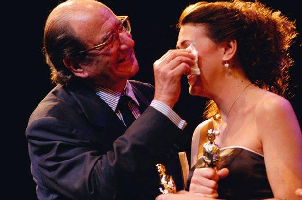 Civita enxuga as lágrimas de Tatiana Machado Dorneles, Educadora do Ano de 2005. O empresário tratava os professores com reverência e carinho. Ricardo Benichio
