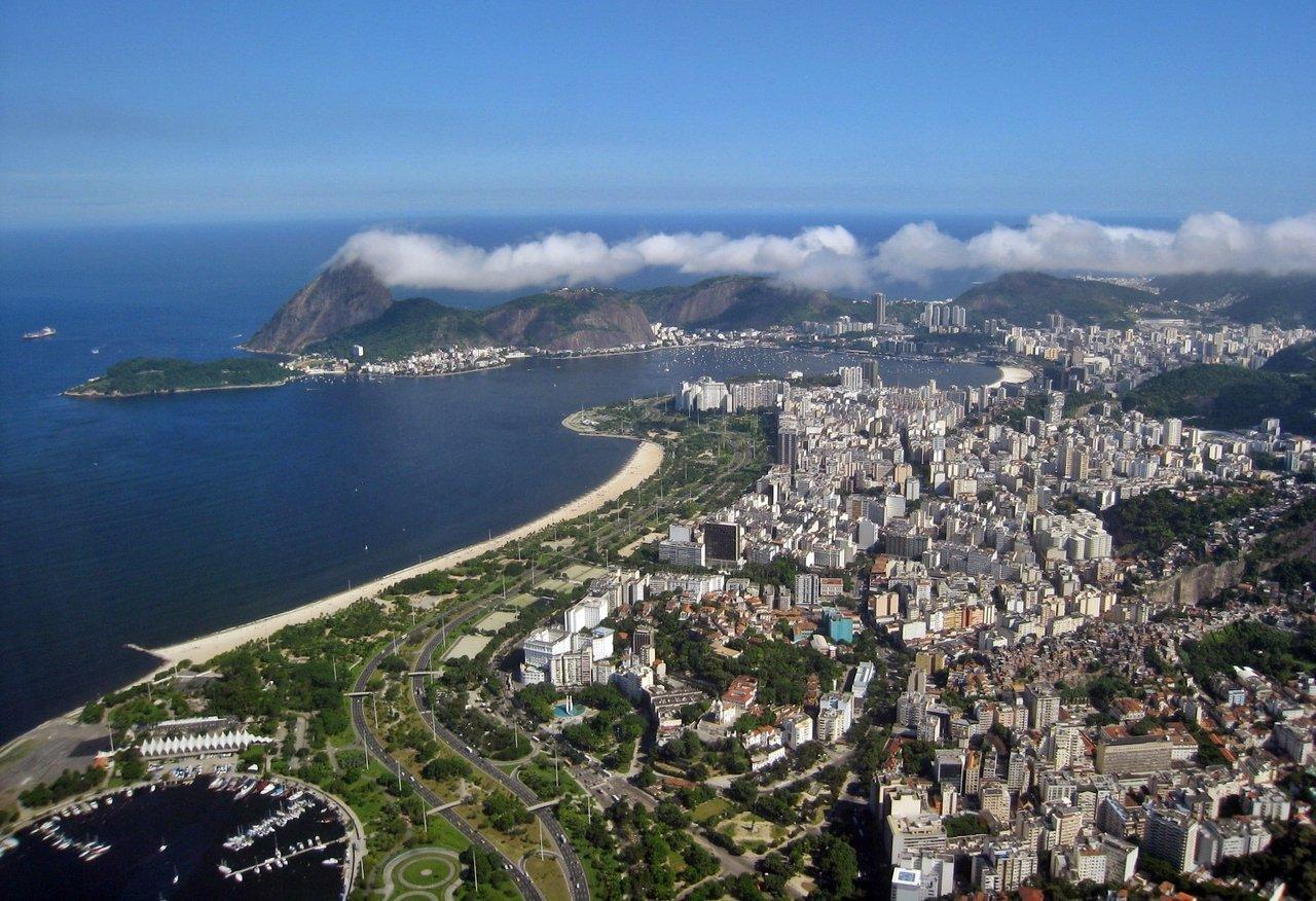 Região do pão de açúcar e da praia do Flamengo vistas de cima, no Rio de Janeiro