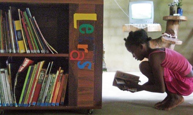 CASA DE LEITURA A sala de uma moradora abriga os livros usados por toda a comunidade. Foto: Alice Vasconcellos