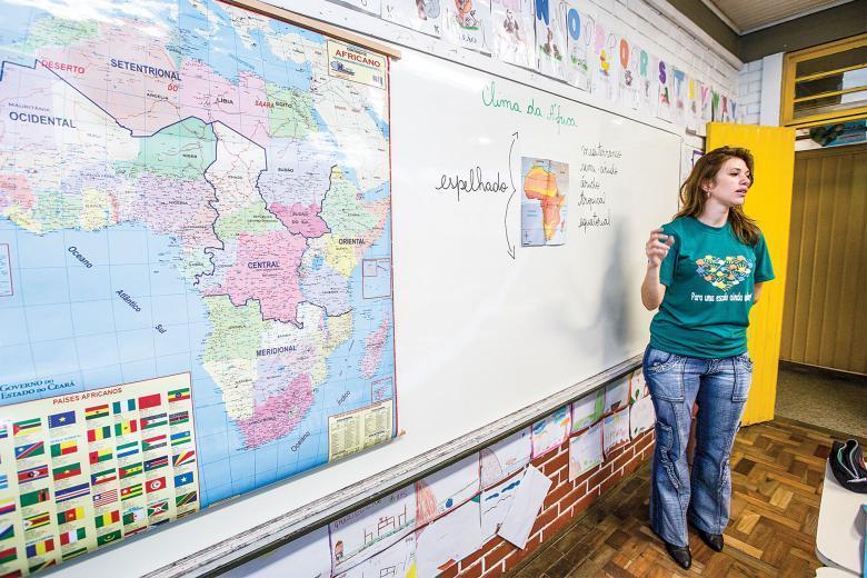 Professora mostra mapa da África para turma