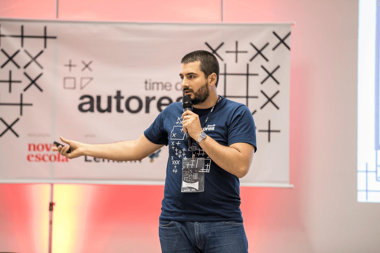 O professor e especialista Fernando Barnabé gesticula com o microfone da mão durante Virada de Autores