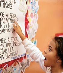 TEXTOS QUE ESTÃO NA PONTA DA LÍNGUA Conhecendo o poema de cor, fica mais fácil descobrir a localização das palavras. Foto: Tatiana Cardeal