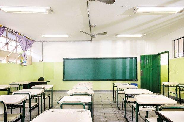 Sala de aula antes de ser preparada para receber uma nova turma de alunos