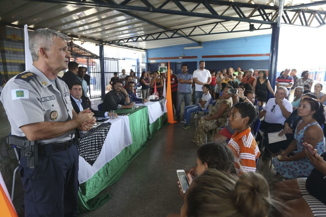 Militar explica gestão de escola cívico-militar durante reunião com pais, alunos e gestores