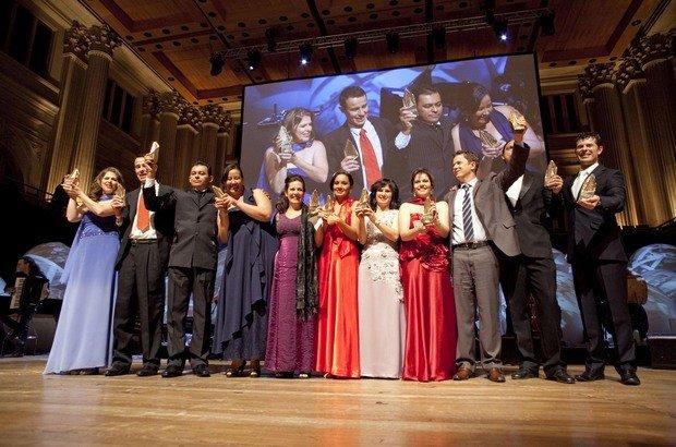 Os 10 professores e a gestora premiados comemoram no palco da Sala São Paulo