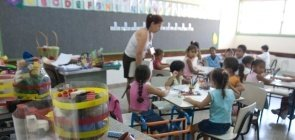 Professora em sala de aula de Educação Básica