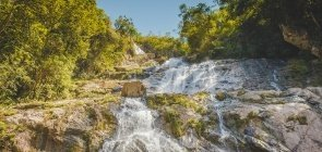 Cachoeira entre pedras e moitas