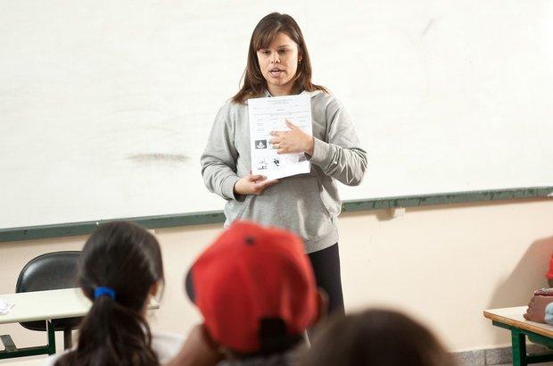 Em classe, Jacqueline propôs atividades de registro e apresentou desenhos e esquemas sobre o corpo humano. O objetivo era levar a meninada a compreender o funcionamento do organismo. Fotos Manuela Novais e Raoni Maddalena