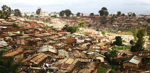 MORADIAS PRECÁRIAS Em Nairóbi, no Quênia, 1 milhão de pessoas vivem em Kibera, a maior favela da África. Foto: Uriel Sinai/Getty Images