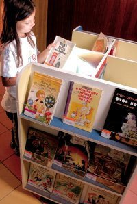Acervo sobre rodas: no Colégio Santo Antônio, os livros vão até a sala de aula. Foto: Pedro Motta