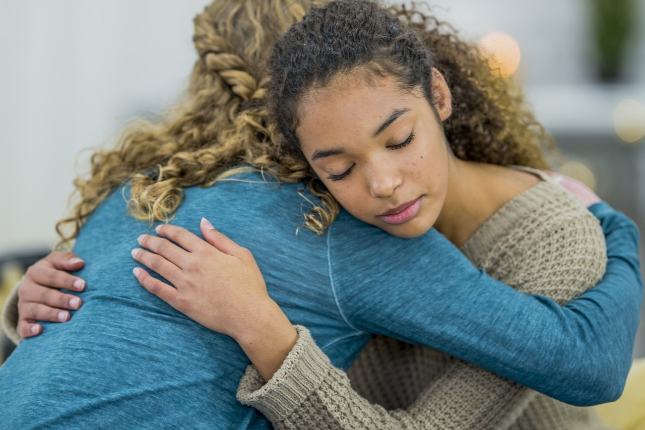 Duas adolescentes se abraçam