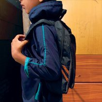 Mesmo com a mochila nas costas, Antonio não frequenta as aulas e a família, que vive em situação de extrema pobreza em São Paulo, está fora do Bolsa Família. Foto: Raoni Maddalena