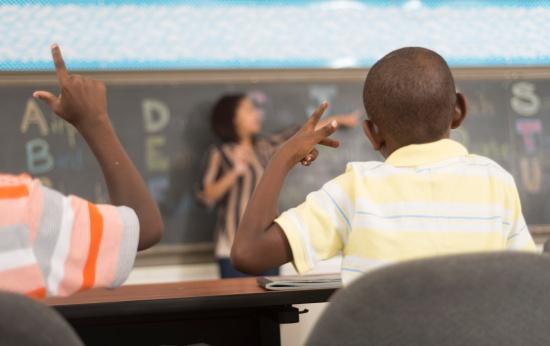 Crianças ouvintes aprendem Libras