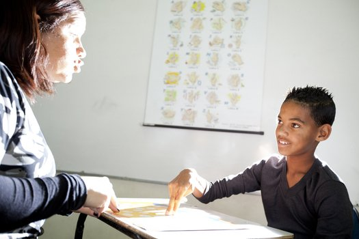 Se o seu aluno surdo consegue fazer a leitura orofacial, sugira que ele sente nas carteiras da frente e fale com clareza. Usar recursos visuais também ajuda na compreensão dos conteúdos.