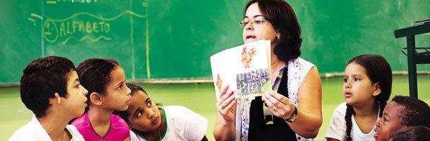 Professora lê para os alunos